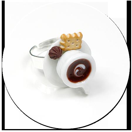 pierścionek biała filiżanka z kawą