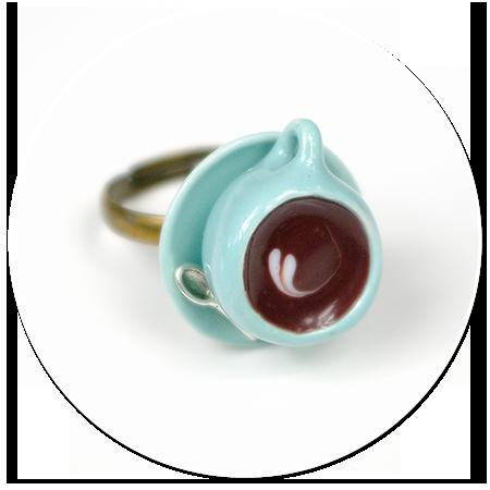 pierścionek pastelowa filiżanka z kawą