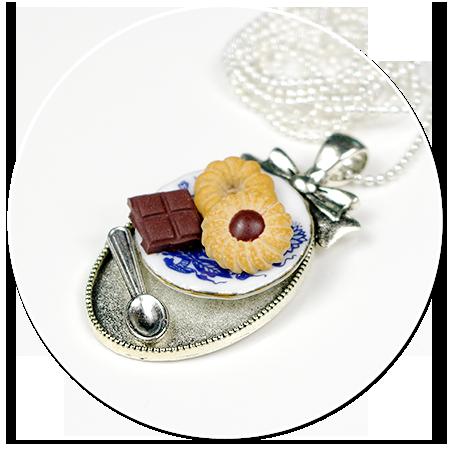 naszyjnik talerzyk z ciastkami
