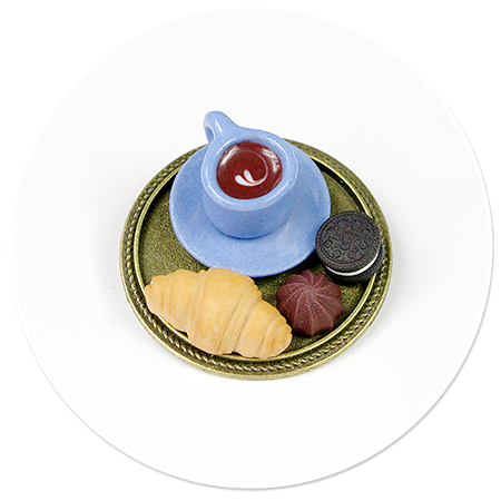 broszka taca z kawą i łakociami