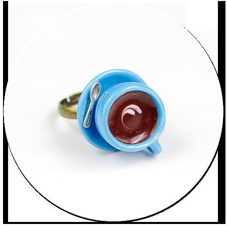 pierścionek z niebieską filiżanką