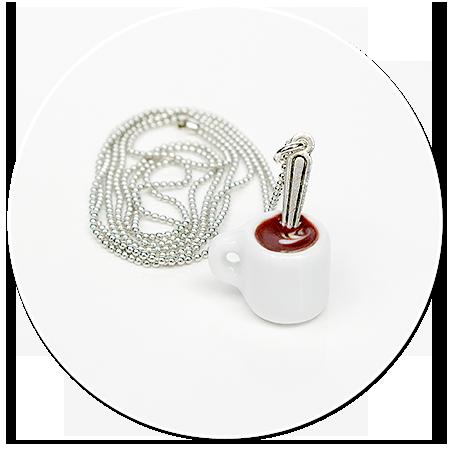 naszyjnik z białym kubkiem kawy