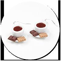 kolczyki białe filiżanki z kawą i smakołykami