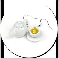 kolczyki filiżanka z herbatą i dzbanek
