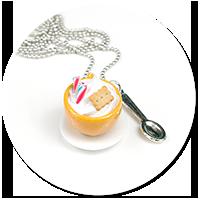 naszyjnik filiżanka z bitą śmietaną i słodyczami