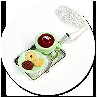 naszyjnik z filiżanką i ciastkami
