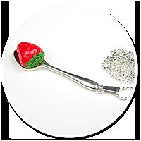naszyjnik łyżeczka z truskawką w czekoladzie