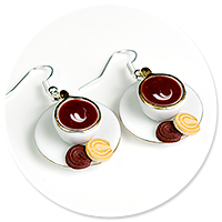 kolczyki białe filiżanki z kawą i ciasteczkami