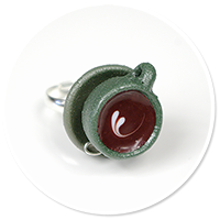 pierścionek ciemna filiżanka z kawą