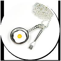 naszyjnik patelnia z jajkiem sadzonym