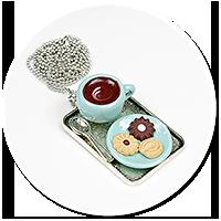 naszyjnik z filiżanką i ciastkami nr 2