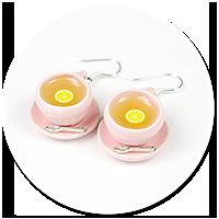 kolczyki różowe filiżanki z herbatą