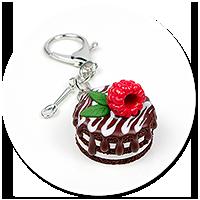 breloczek torcik czekoladowy z maliną nr 2