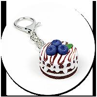 breloczek torcik czekoladowy z jagodami nr 2