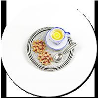 broszka taca z herbatą i łakociami