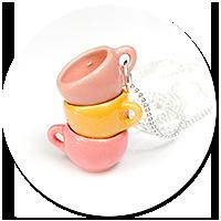 naszyjnik z kolorowymi filiżankami