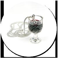 naszyjnik kieliszek z czerwonym winem