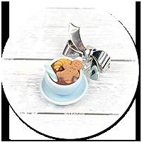 broszka świąteczna filiżanka z gorącą czekoladą