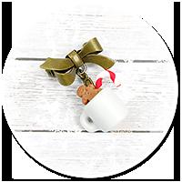 broszka świąteczna kubek z gorącą czekoladą